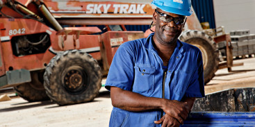 Cuban employee in front of a sky track